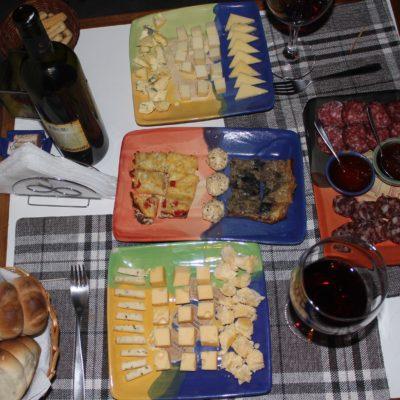 Deliciosa picada a base de embutidos, quiches y sobre todo quesos