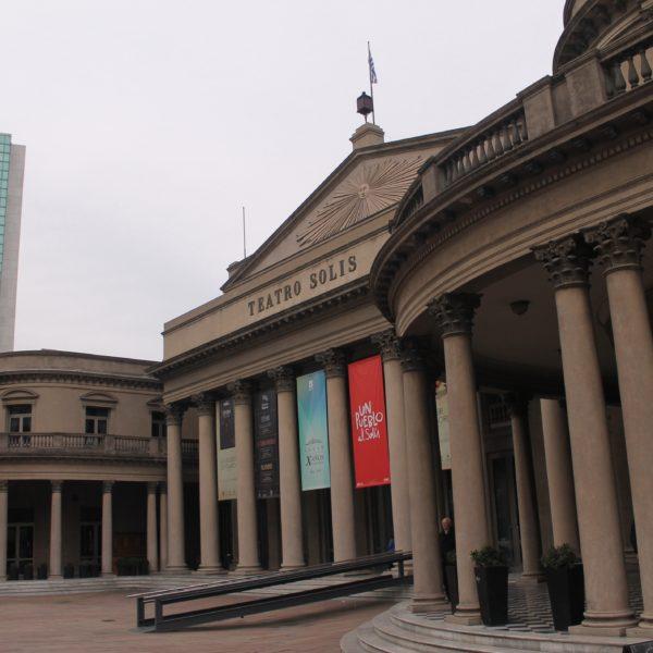 La imponente fachada del Teatro Solís
