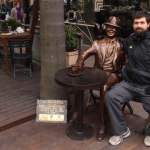 Nico con Gardel, el famoso tanguero de nacionalidad muy discutida (argentino - uruguayo)