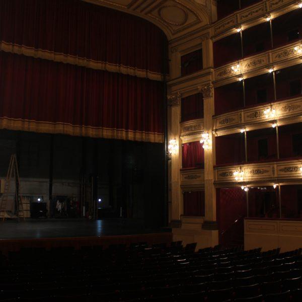 Aunque algunas partes como el escenario han sido reformados, el teatro mantiene su estructura original