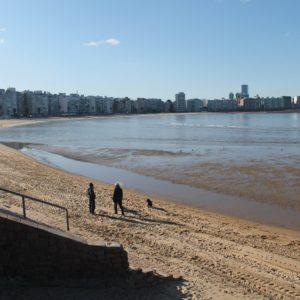 Dimos un paseo por esta playa, que tenía algún que otro valiente bañándose