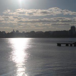 Coincidimos con este atardecer frente al skyline de Montevideo
