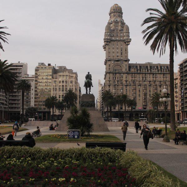 La famosa vista de la plaza Independencia con el palacio Salvo