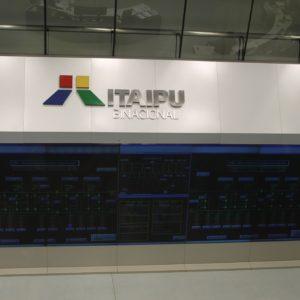 Panel de control digital donde se ven tanto la parte brasileña (der.) como la paraguaya (izq.)