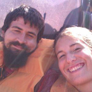 Felices como perdices en el barco que nos llevaría a remojarnos bajo una de las cataratas