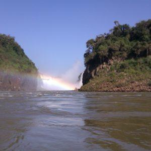 Al fondo, la Garganta del Diablo, imposible de alcanzar en barco por la fuerza del agua en esa zona