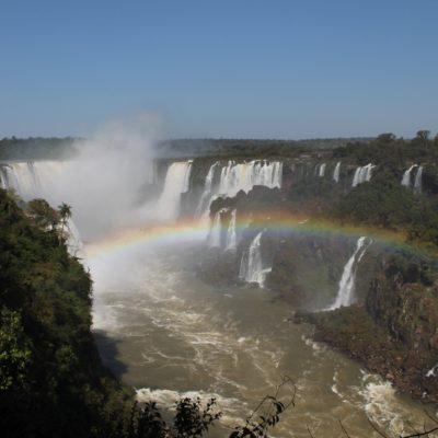 Los arco iris también abundan en este lado, creando paisajes preciosos