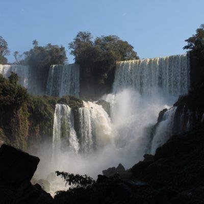 El ruido de tanta agua cayendo hace el lugar aún más especial