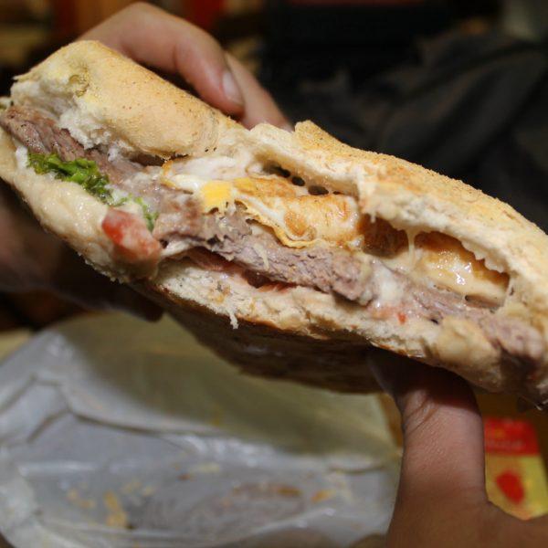 El baurú tradicional es como un bocadillo pero con el pan clásico del baurú