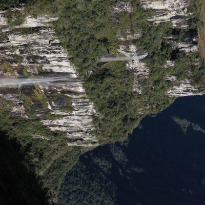 En diferentes puntos de las paredes del cañón se podían ver varias cascadas no muy caudalosas