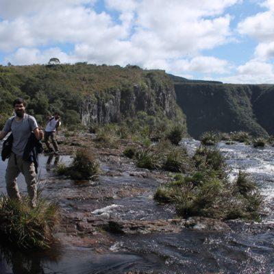"""Para llegar a la """"Piedra do Segredo"""" hay que cruzar el ría al borde de la cascada"""