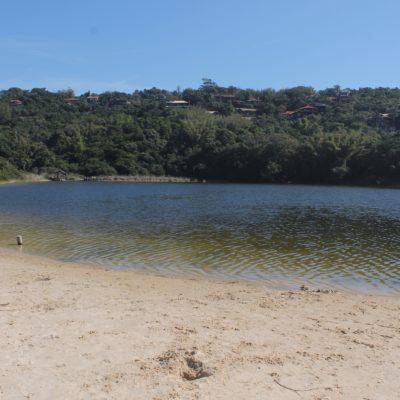 Nico encontró un pequeño lago tras la playa