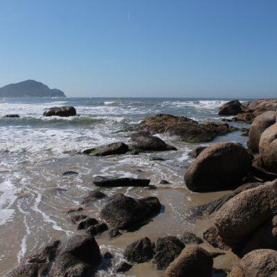 Las rocas bordean las playas que están limitadas por morros