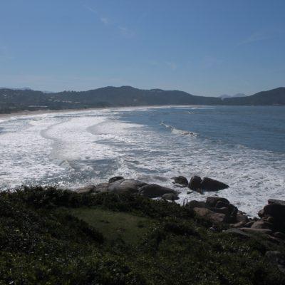 La gran playa principal de Praia do Rosa