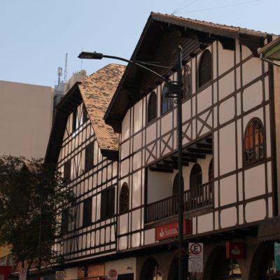 Existen algunas casas típicas en medio de calles céntricas