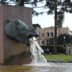 El Palacio Garibaldi y la Fonte del Cavalo Babão, una de las muchas de Curitiba
