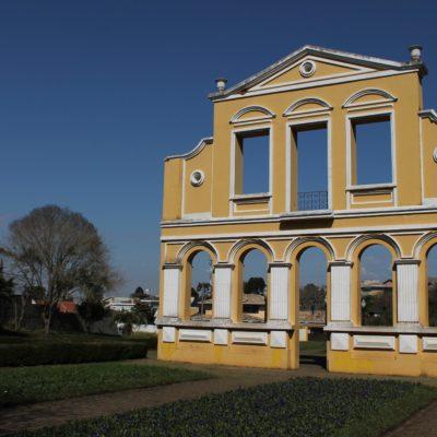 La fachada de la Casa Milla en un extremo de la Casa Milla