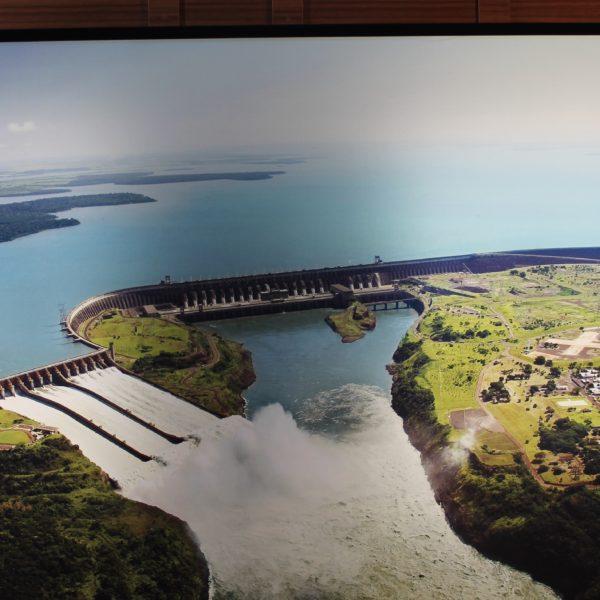 En la foto (que estaba colgado como cuadro), se ve parte de la inmensa represa y como evacúan agua desde el vertedero