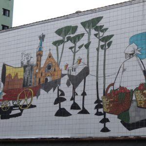 Las calles están decoradas con dibujos sobre azulejos muy originales