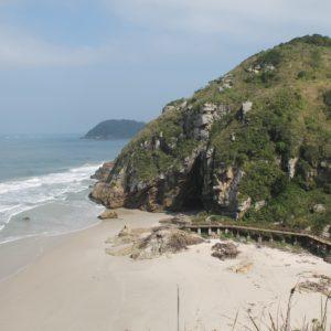 La Gruta das Encantadas se encuentra en esta playa con bastante corriente