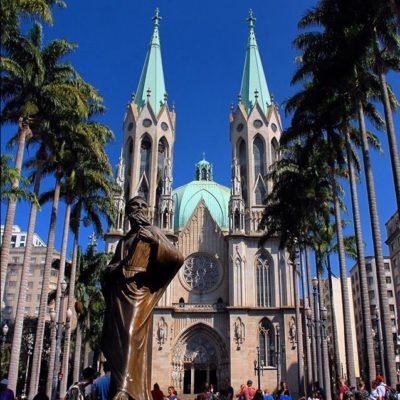 La catedral de São Paulo resulta elegante por esta avenida que tiene en frente