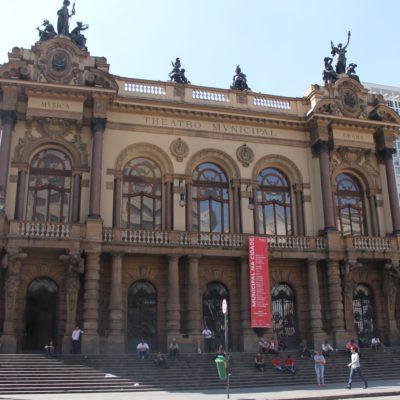 El teatro municipal es uno de los edificios más bonitos de la ciudad