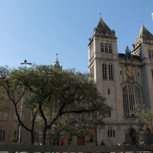 Abundan las pequeñas plazas como esta junto al Monasterio São Bento