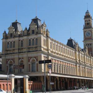 El edificio de la estación de Luz, frente a la Pinacoteca, recuerda al Big Ben de Londres