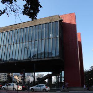 El MASP es un edificio ya curioso de ver, pero además a su alrededor siempre se hacen muchas actividades diversas