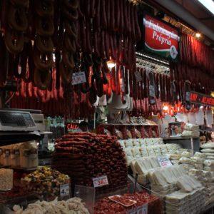 En el mercado había muchos puestos de quesos y embutidos, que incluso daban a probar