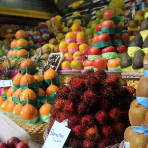 Los puestos de fruta siempre llaman la atención por sus colores, como el rojo intenso de estas lichias