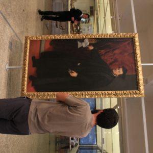 Nico, como gran experto en arte, admiraba con atención los cuadros del MASP