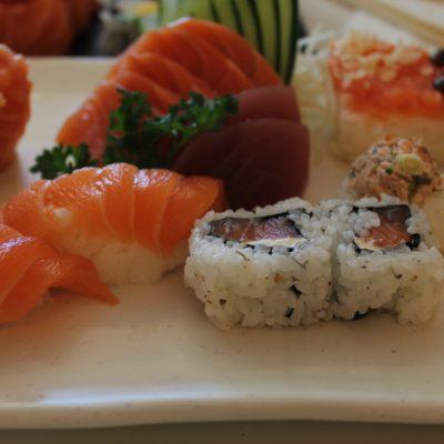 Sushi variado con pescado muy bueno