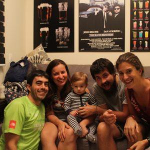 La familia al completo y Eloi imnotizado con la camara, el nuevo aparato extraño de la casa
