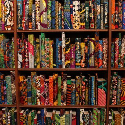 Sobre todo, estabiblioteca de libros con colores vibrantes