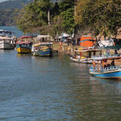 El canal que desemboca en el mar, lleno de barcos