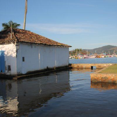 En Paraty, en vez de controlar que el agua no desborde, dejan que la marea entre y salga de sus calles
