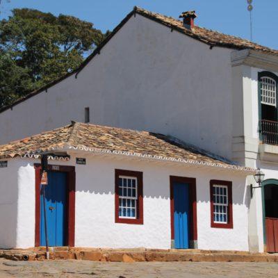 Un pueblo con pequeñas casas que tiene un encanto particular