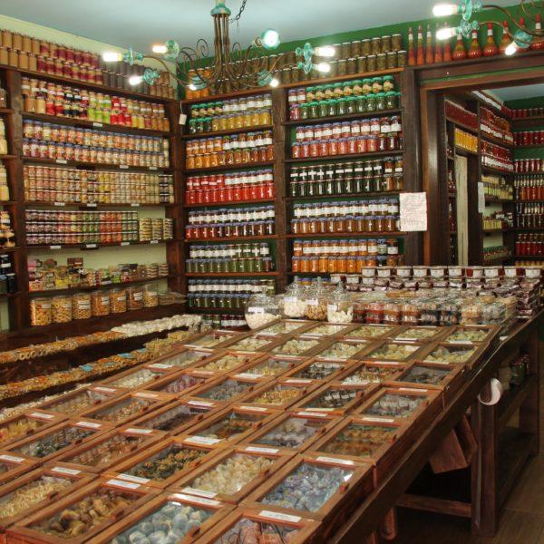 Este estilo de tienda llenas de dulces, aceites y cachaças nos encantaron