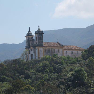 Algunas iglesias sobresalen en la cima de las colinas