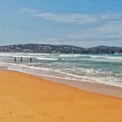 La Praia Geribá es conocida por sus olas para hacer surf
