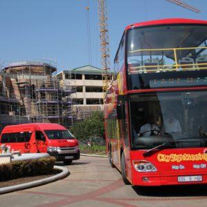 El bus turístico grande de la ciudad y la furgoneta para visitar Soweto