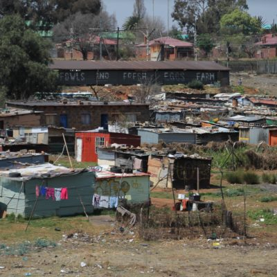 Gran cantidad de gente vive todavía en chabolas en los suburbios de las ciudades