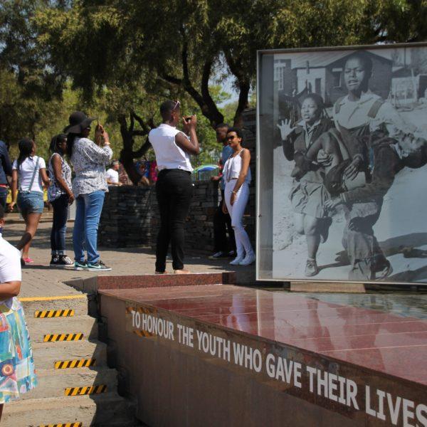 En este lugar donde sucedieron los disturbios de Soweto, coincidimos con una de las protagonistas de los eventos, que podemos ver a la izquierda y en la fotografía de la derecha