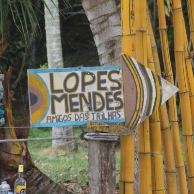 El cartel que indica el camino hacia Lopes Mendes