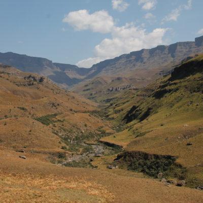 """Al fondo del cañón,  se encuentra el """"Sani Pass"""", que permite subir a la cima de la cordillera y cruzar a un nuevo país"""