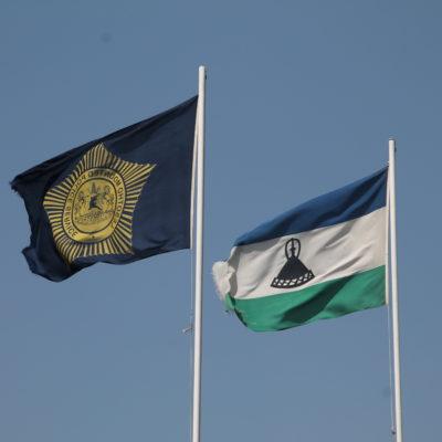 Las banderas ondeantes en la entrada a Lesotho