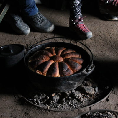 Una mujer que nos invitó a su casa, nos tenía preparado este magnífico pan que podíamos probar y comprar