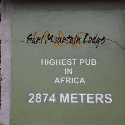 Estuvimos en el pub más alto de África, justo al borde de la subida