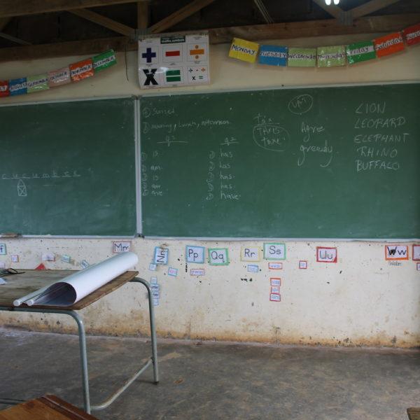 Una escuela simple, pero lleno de niños con muchas ganas de aprender